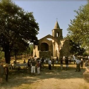 antica chiesa in estate