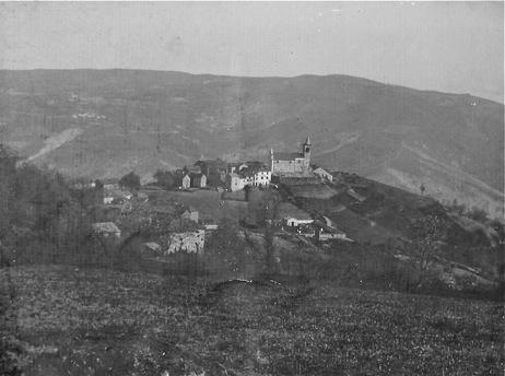 Vezzolacca primi del 1900 – sullo sfondo il versante est del monte di Favale con le numerose frane prima della bonifica e del rimboschimento