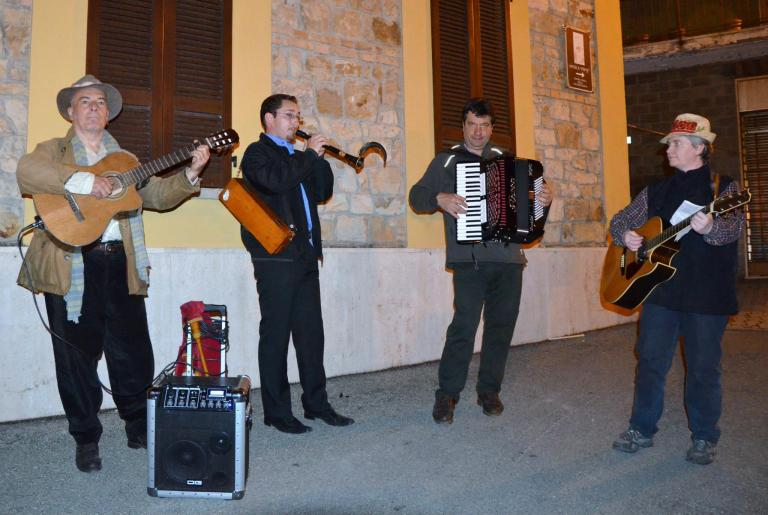 IL CANTO POPOPLARE ACCOMPAGNATO DA SPLENDIDI MUSICISTI...