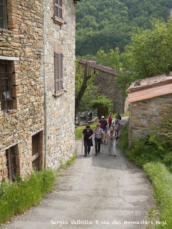 Pellegrini sulla via dei monasteri regi in Mignano di Vernasca