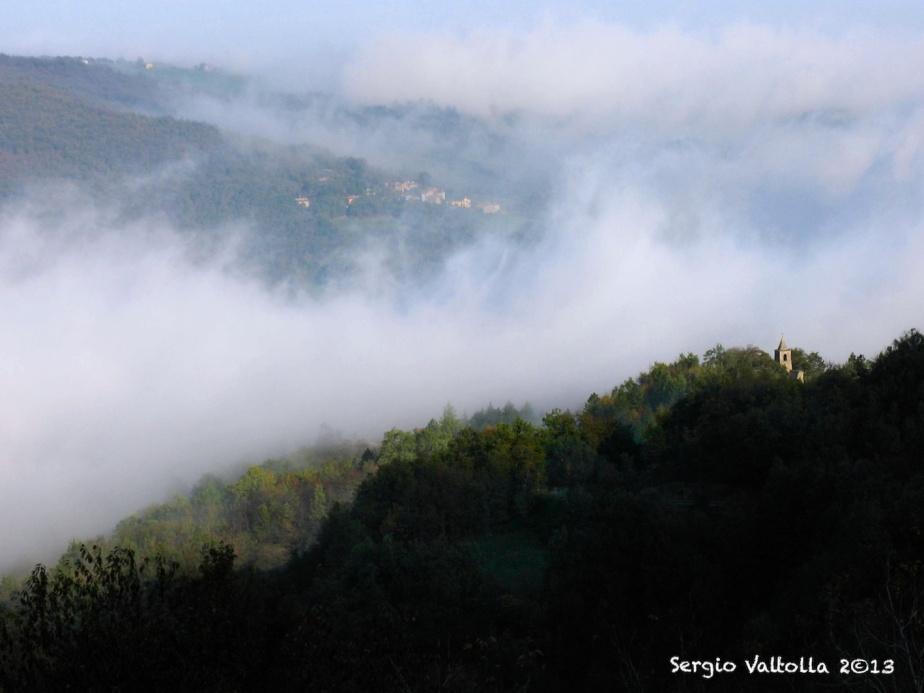 vecchia chiesa di castelletto valtolla tra nebbie e autunno che avanza