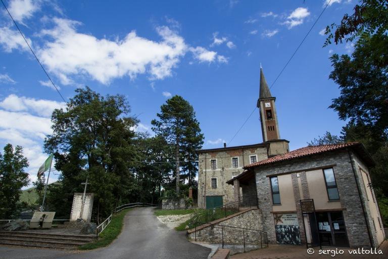 chiesa di Sperongia vista dal piazzale fronte strada