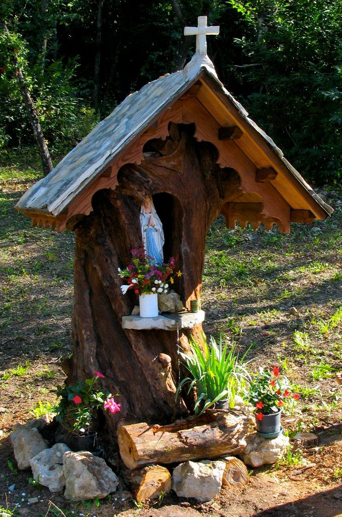 cappelletta votiva ricavata da un vecchio tronco di castagno secolare
