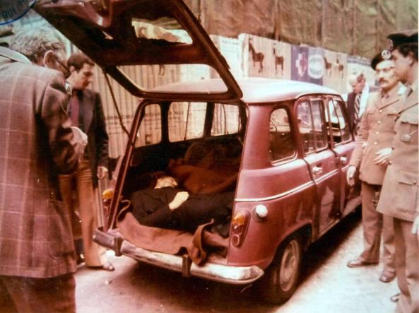 l'auto in cui dopo la lunga prigionia venne fatto riprovare il corpo dell'on.Moro (ucciso dalle Brigate Rosse)